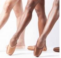4 Bukti Kalau Konsep Warna 'Nude' Sudah Banyak Berubah, dari Warna Sepatu Balet Sampai Alas Bedak